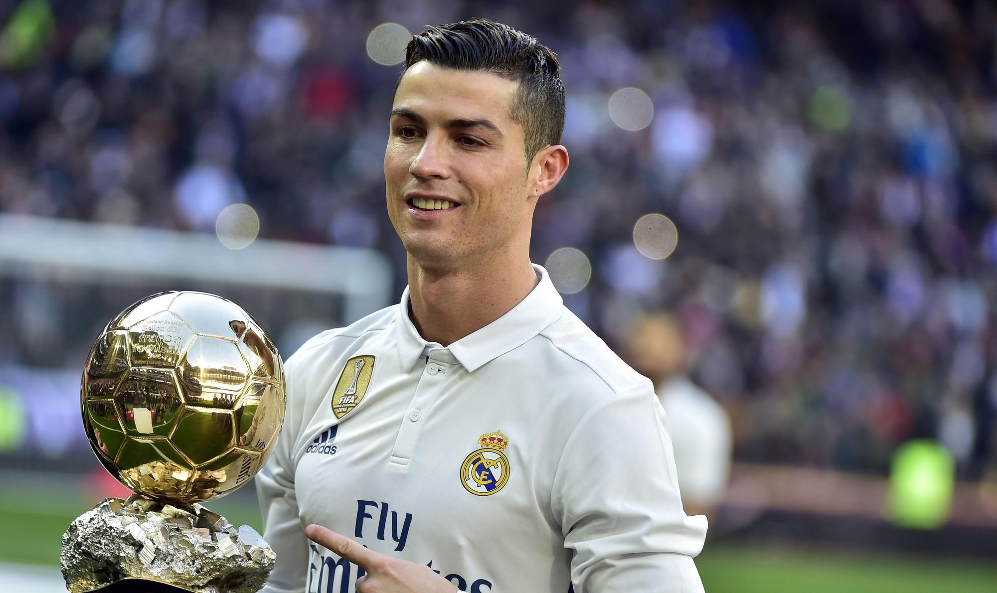 Cristiano Ronaldo se fotografió con sus trofeos